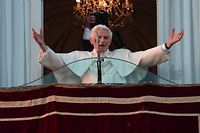 Benoît XVI saluant la foule à Castel Gandolfo, jeudi soir. ©Filippo Monteforte