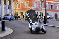 Capable de se pencher dans les virages pour préserver sa stabilité, l'i-ROAD de Toyota peut de ce fait être beaucoup plus étroit que le Renault Twizy.