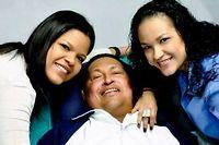 Le Président Hugo Chavez, pose avec ses filles sur son lit d'hôpital en février dernier ©Sipa