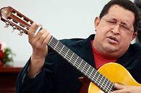 Hugo Chávez joue de la guitare lors d'une réunion avec les ministres au palais présidentiel de Miraflores, à Caracas, en septembre 2012. ©AFP/Presidencia