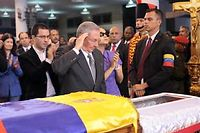 Raul Castro rendant hommage à Hugo Chavez, jeudi soir à Caracas.