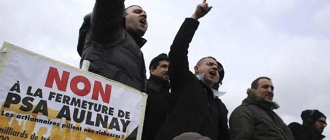 Les salariés de PSA Aulnay protestent contre la fermeture programmée de leur usine.