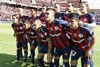 Les joueurs du club de San Lorenzo, samedi, avec une photo du pape François sur leurs maillots. ©Carlos Carrion