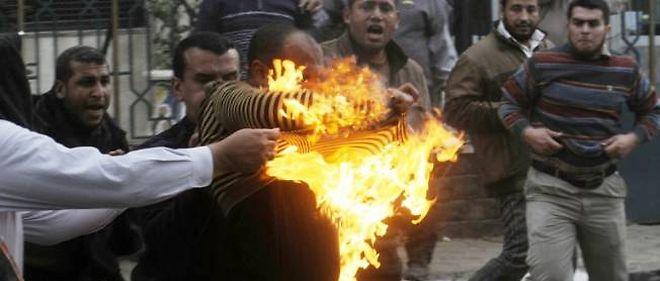 Un membre des Frères musulmans tente d'éteindre ses vêtements enflammés après avoir été touché par un cocktail Molotov au Caire, le 22 mars.