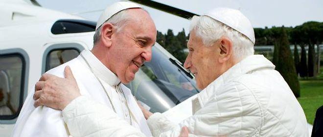 Le pape François est arrivé samedi midi par hélicoptère à Castel Gandolfo, la résidence estivale des papes dans les environs de Rome, pour une rencontre historique avec son prédécesseur Benoît XVI.