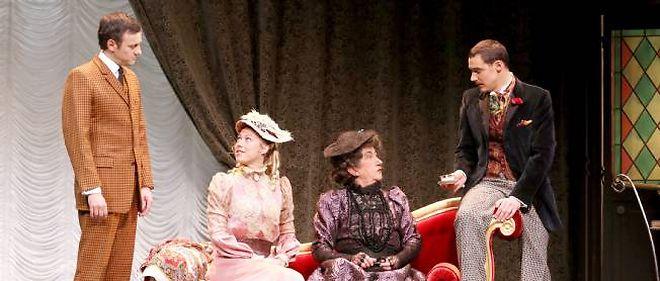 Mathieu Bisson, Maryline Fontaine, Claude Aufaure et Arnaud Denis sur la scène du théâtre Montparnasse.