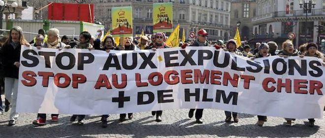 """""""Stop aux expulsions"""", scandent les militants du Dal à l'occasion de la fin de la trêve hivernale."""
