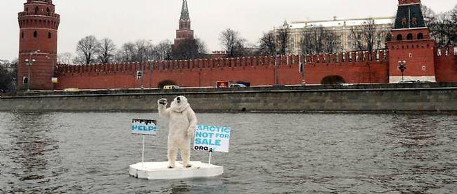 """Les compagnies pétrolières """"se fichent des ours et des baleines qui peuvent mourir de faim"""", explique un communiqué de Greenpeace."""