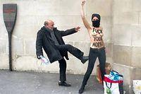 Poing levé, seins nus, les femen ont provoqué la colère des employés de la grande mosquée. ©Fred Dufour