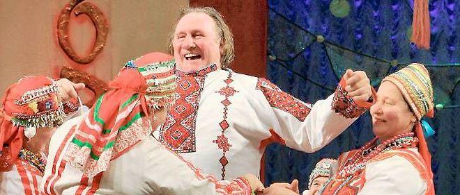 Gérard Depardieu enfile une blouse folklorique en Mordovie, fin février 2013.
