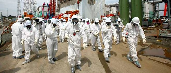 Des employés de Tepco à la centrale de Fukushima, le 26 mai 2012.