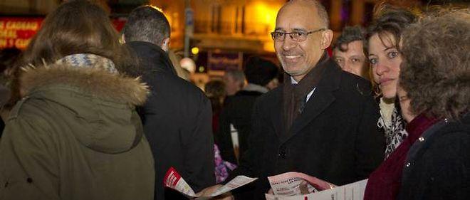 Harlem Désir, premier secrétaire du Parti socialiste, lors d'une distribution de tracts à la sortie du métro Saint-Lazare.