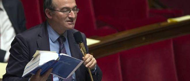 Le député Hervé Mariton, code civil en main, lors du débat sur le projet de loi autorisant le mariage homosexuel.