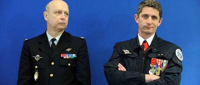 Denis Favier (à droite) a été promu général d'armée et remplace le général d'armée Jacques Mignaux (à gauche).