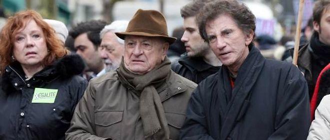 Pierre Bergé (centre) manifestant pour le mariage pour tous aux côtés de Jack Lang, directeur de l'Institut du monde arabe, et de l'actrice Éva Darlan.