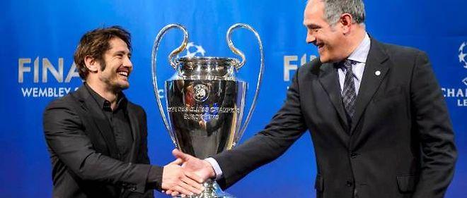Bixente Lizarazu, ambassadeur du Bayern Munich, serre la main d'Andoni Zubizarreta, directeur sportif du Barça, après le tirage au sort des demi-finales.