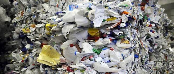 Balles de bouteilles de lait en plastique prêtes a être recyclées.