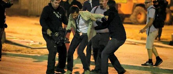 Un cameraman est molesté par des manifestants anti-mariage homosexuel devant l'Assemblée nationale le 17 avril.