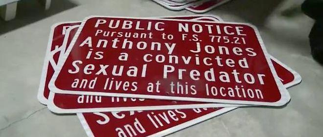 Les panneaux qui seront apposés devant les maisons des prédateurs sexuels.