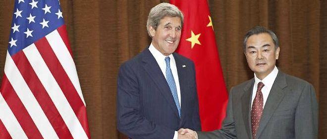 Le secrétaire d'État John Kerry pose avec le ministre des Affaires étrangères Wang Yi, le 13 avril. L'Américain n'était pas venu seulement parler de géopolitique ce jour-là, mais aussi d'environnement.