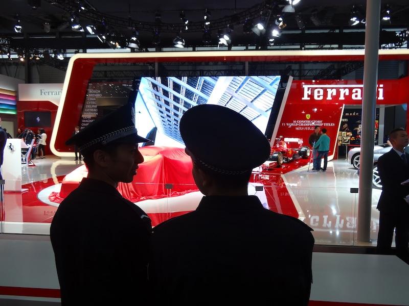 Même l 'armée communiste  s'intéresse de près aux voitures de luxe et de sport