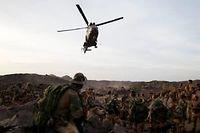 Un hélicoptère se pose dans le massif de l'Adrar des Ifoghas ©Kenzo Tribouillard/AFP