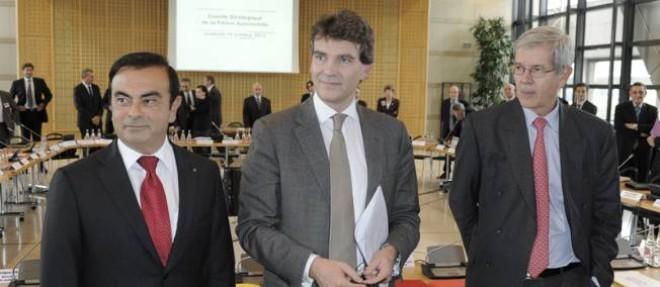 Philippe Varin (a droite) aimerait reediter pour PSA Peugeot-Citroen ce que son homologue de Renault, Carlos Ghosn, a reussi avec son accord de competitivite chez Renault. Au milieu, Arnaud Montebourg, ministre du redressement productif, n'a pas toujours contribue a l'avancement du dossier.