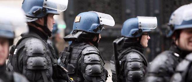 Des gendarmes mobiles face aux ouvriers de PSA en février 2013.