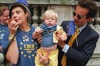 En 1999, Frigide Barjot et Basile de Koch inaugure la maison l'ULU, (l'union pour l'union) à l'occasion des élections européennes. ©Philippe Desmazes