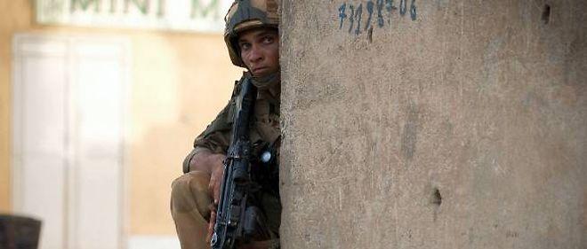 Un soldat français en position après une fausse alerte signalant des hommes du Mujao dans Gao.