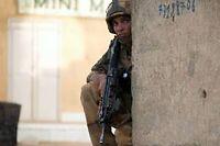 Un soldat Français en position après une fausse alerte signalant des hommes du Mujao dans Gao. ©Joël Saget