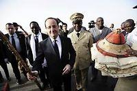 François Hollande, accompagné du président malien de transition Dioncounda Traoré (à gauche), reçoit des cadeaux à son arrivée à l'aéroport de Mopti, à Sévaré, le 2 février 2013. ©PASCAL GUYOT