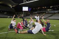 Après leur victoire contre Lyon, plusieurs joueurs parisiens ont célébré leur sacre, sur la pelouse du stade Gerland. ©Laurent Cipriani