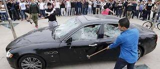La destruction en public par des hommes de main d'une Maserati a fait le tour de la Chine. Le client mécontent du service après-vente a trouvé cette solution pour se faire entendre. ©Wang Jun QD/China Out