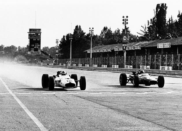 Grand Prix d'Italie en 1967 : la F1 de Surtees (à gauche ) remporte l'épreuve au volant de la Honda développé avec Lora. C'est la 2ème victoire de Honda en Formule 1.