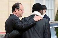 François Hollande raccompagne le président malien de transition, Dioncounda Traoré, après un entretien à l'Élysée, le 17 mai. ©ERIC FEFERBERG