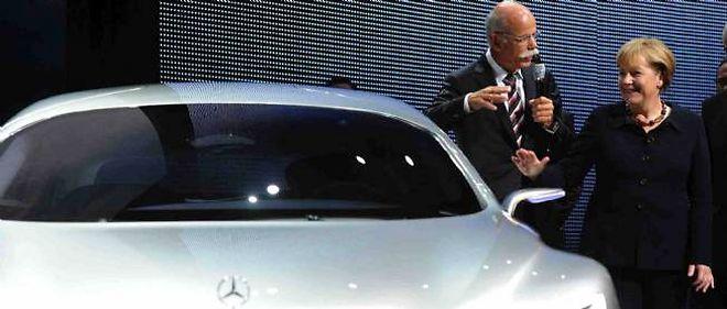 Le lobby automobile allemand a toujours pu compter sur les gouvernements successifs au Bundestag pour défendre ses modèles haut de gamme. Ici, Angela Merkel au dernier salon de Francfort en 2012 avec Dieter Zetsche, le patron de Mercedes.