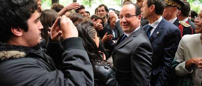 François Hollande à son arrivée devant le lycée Buffon, lundi, à Paris.