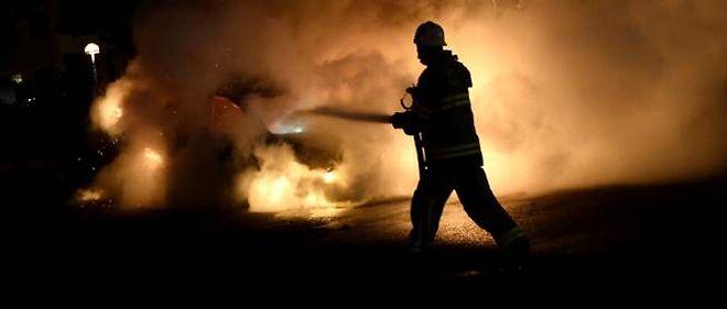 Un pompier tente d'éteindre un incendie de voiture en Suède, le 21 mai dernier.