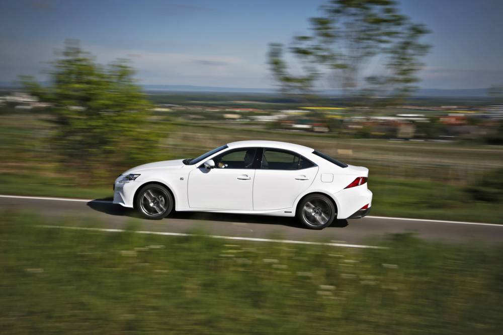 Lexus IS 300h action profil