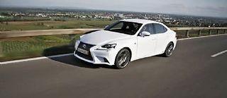 Inspiré du concept car LF-CC, le dessin de la carrosserie de la nouvelle Lexus IS met l'accent sur le dynamisme.