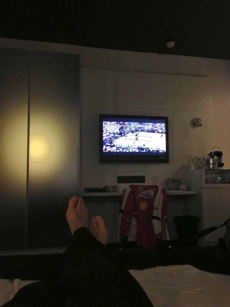 Fernando Alonso, dans sa chambre d'hotel, devant un match NBA © Twitter ©  Twitter