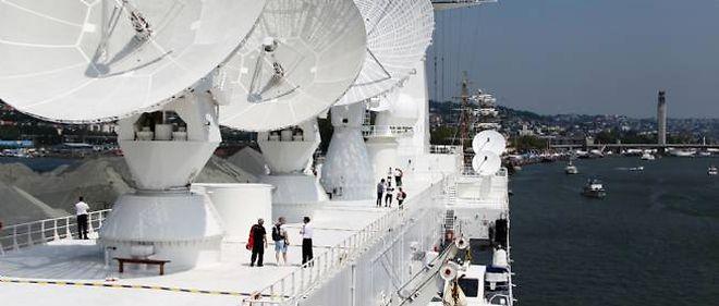 """Des touristes visitent le """"Monge"""", un navire long de 230 mètres."""