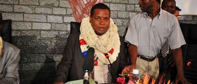 Daniel Zaïdani, en avril 2011, fête son élection à la tête du conseil général de Mamoudzou.