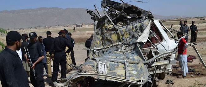 Un véhicule détruit dans un attentat, le 23 mai 2013.