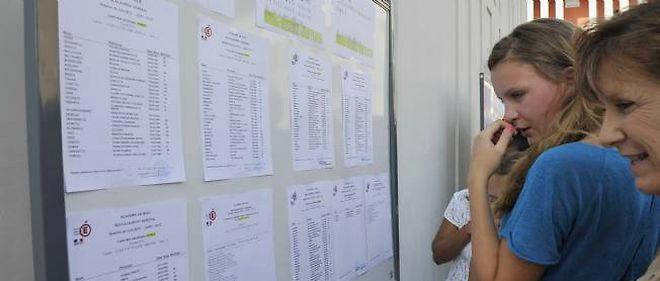 Des lycéens regardent leurs résultats au bac.