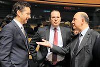 Pierre Moscovici discute avec le ministre des finances des Pays-Bas (gauche) et celui de la Suède (centre), vendredi 21 juin à Bruxelles ©JOHN THYS