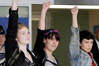 Josephine Markmann, Pauline Hillier et Marguerite Stern arrivent à Paris, le 27 juin 2013. ©Kenzo Tribouillard