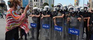 Les manifestants font face à la police place Taksim à Istanbul. ©Berk Ozkan / Anadolu Agency/AFP