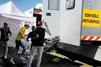 Daryl Impey, alors maillot jaune du Tour, se plie à un contrôle antidopage, le 5 juillet 2013. ©Pascal Guyot